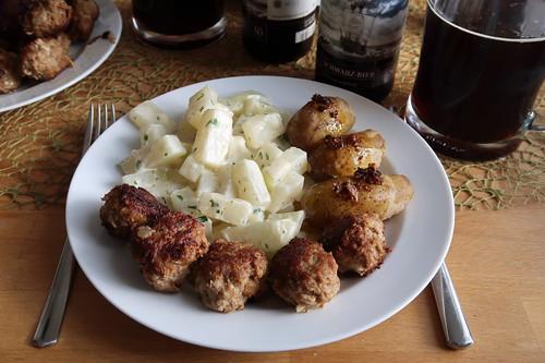 Frikadellen mit Kohlrabigemüse und Kartoffeln (mein Teller)