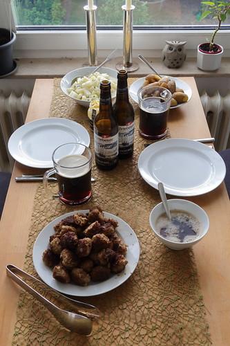 Frikadellen mit Kohlrabigemüse und Kartoffeln (Tischbild)