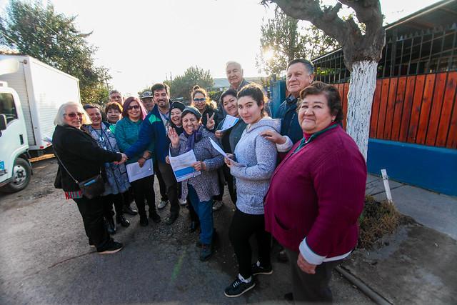 Entrega de cartas a vecinos y vecinas para la confirmación de los inicios de los pavimentos participativos en la calle Carvo entre lanzarote hasta islas azores en la unidad vecinal N°11