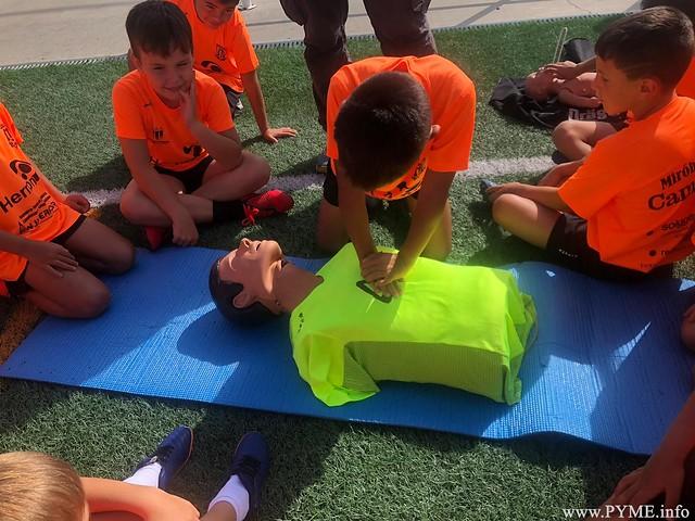 Los niños del Miróbriga Campus llevan a cabo un simulacro del protocolo RCP.
