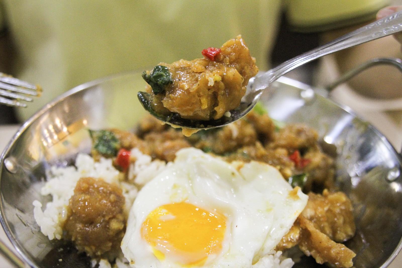 米饭鸡肉的鸡肉