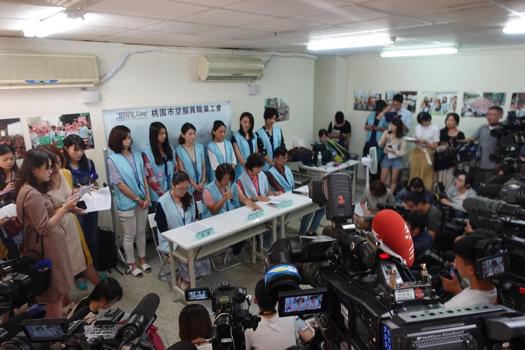 空服員工會召開記者會為郭芷嫣的爭議言論道歉,媒體大陣仗報導。(攝影:張智琦)