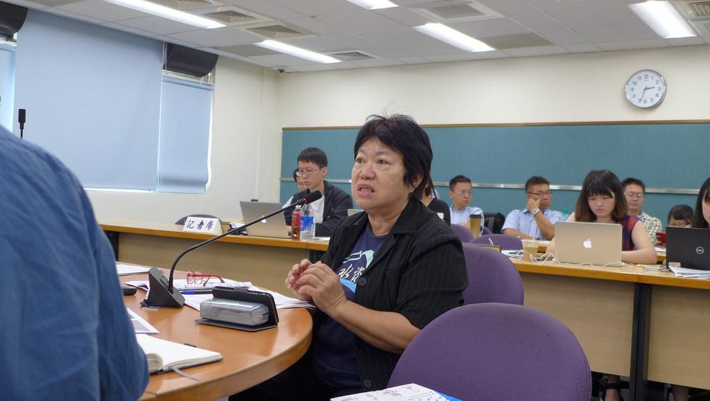 台灣水資源保育聯盟主任粘麗玉擔憂,鳥嘴潭人工湖附近的垃圾場將會污染水源。孫文臨攝