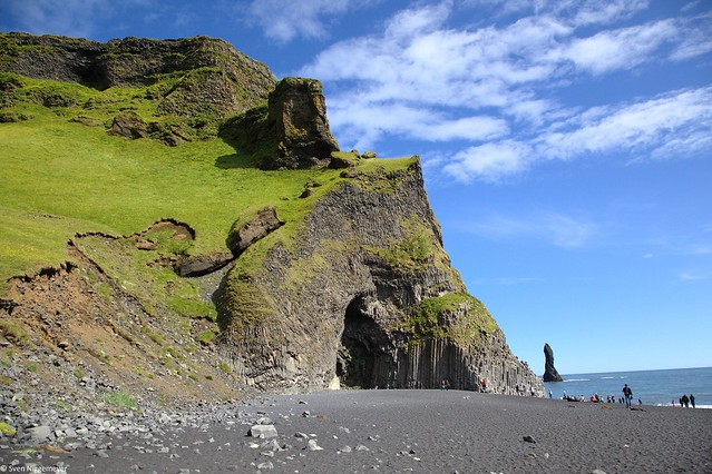 Markanter Felsen mit dem schwarzen Sandstrand Reynisfjara in Island am 5.07.19