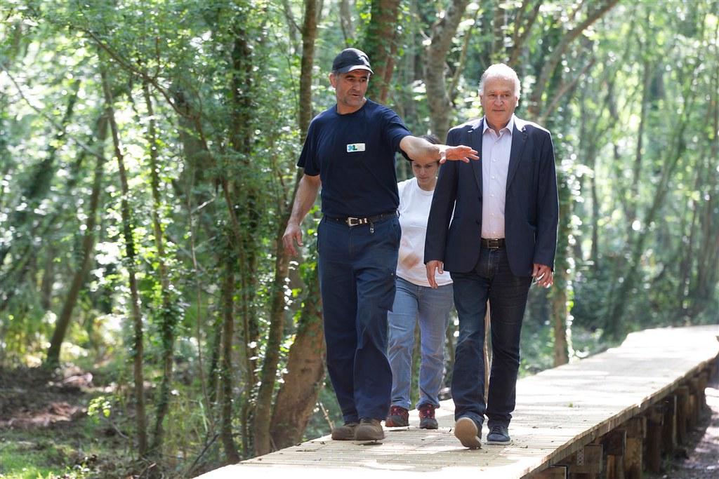 Création d'un itinéraire de randonnée autour de l'étang d'Aureilhan - L'équipe fait visiter le chantier à Xavier Fortinon