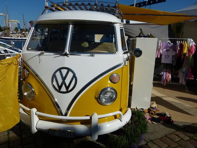 er lenkt die Blicke auf sich: alter VW-Bus auf der Kieler Woche