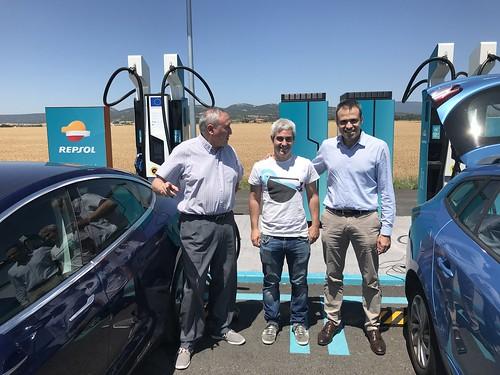 Mikel, Aitor Basterretxea y  Aitor Arzuaga, en el Récord de 132 kW de recarga para un Tesla Model 3 en Repsol Mobility