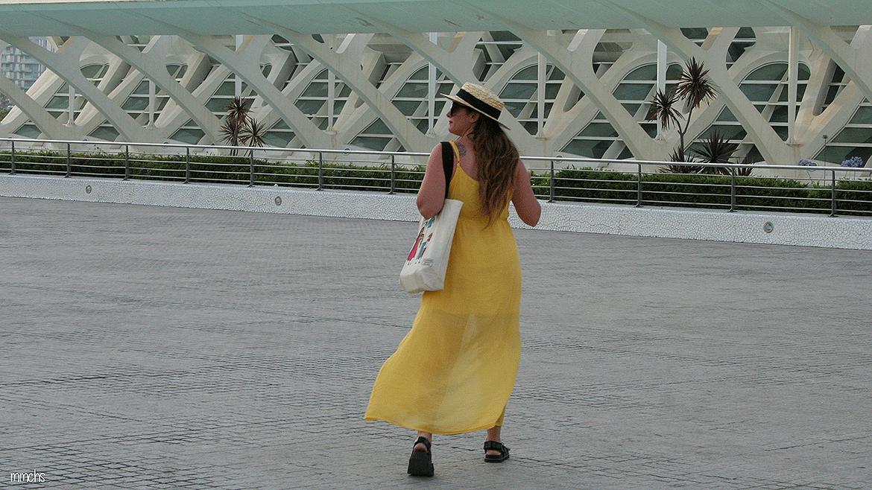 vestido amarillo de mujer