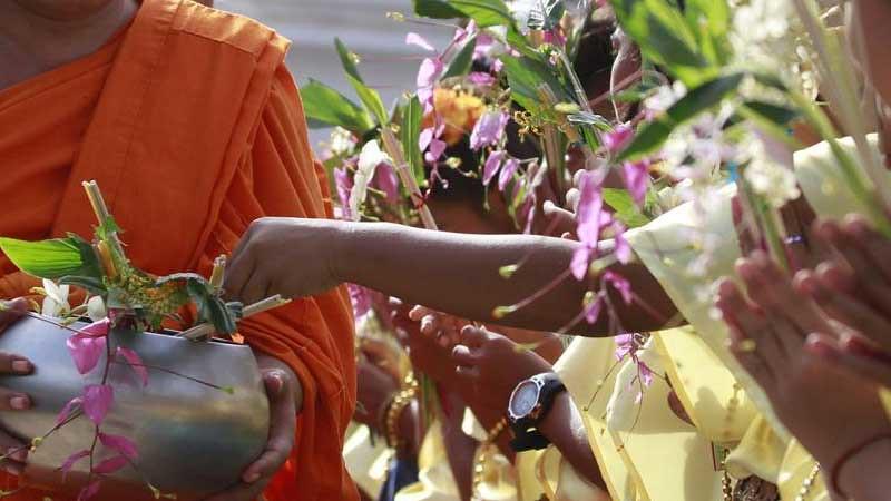 Berdana Bunga kepada Para Bhikkhu