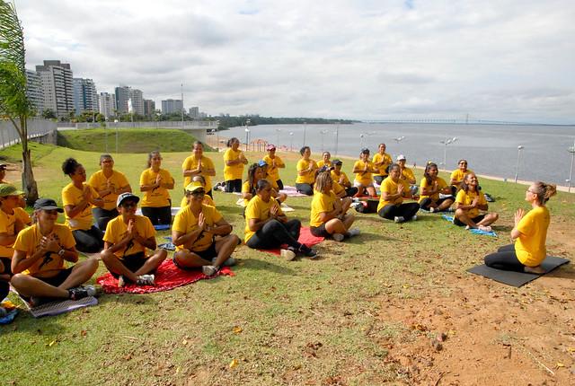 Atividade física e de meditação são realizadas pela prefeitura na Ponta Negra