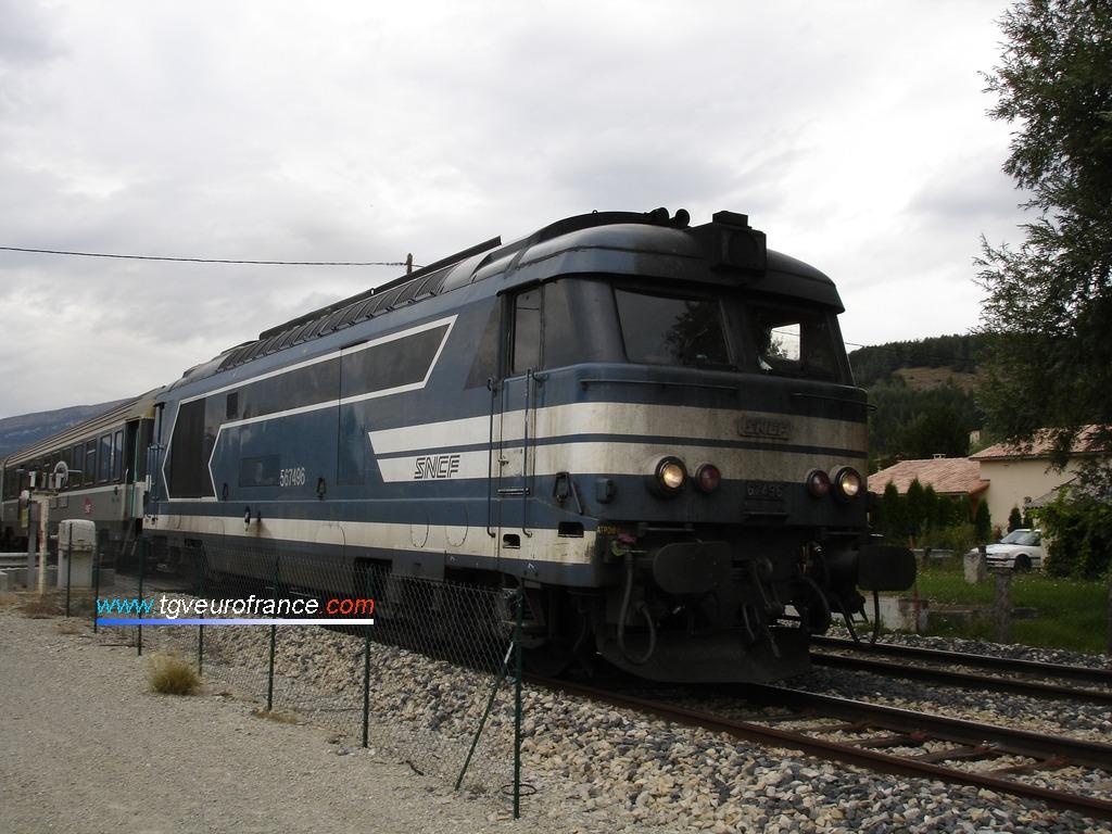 La locomotive BB 67496 SNCF sur la ligne Veynes - Briançon à La Freissinousse le 15 août 2006