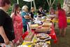 Vorbereitungen am Tortenbuffet, ein Highlight der Veranstaltung