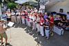 Chorleiter Ortwin Meinhardt begleitet mit Akkordeon 30 Sänger der Banater Schwaben Karlsruhe, rechts im Bild der Tombolastand des Sommerfestes