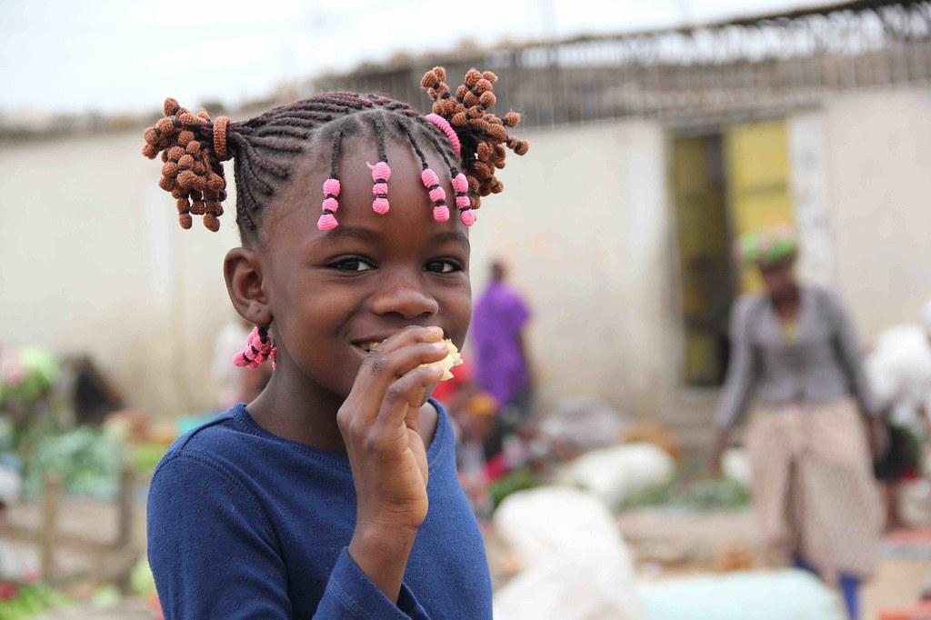 Niña en un mercado en Angola