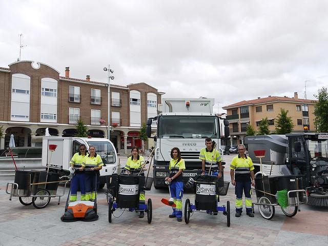 Imagen de los trabajadores de limpieza junto a los nuevos vehículos sostenibles para la limpieza de la ciudad.