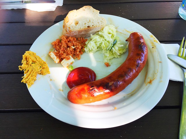 Bratwurst, Salate & Baguette