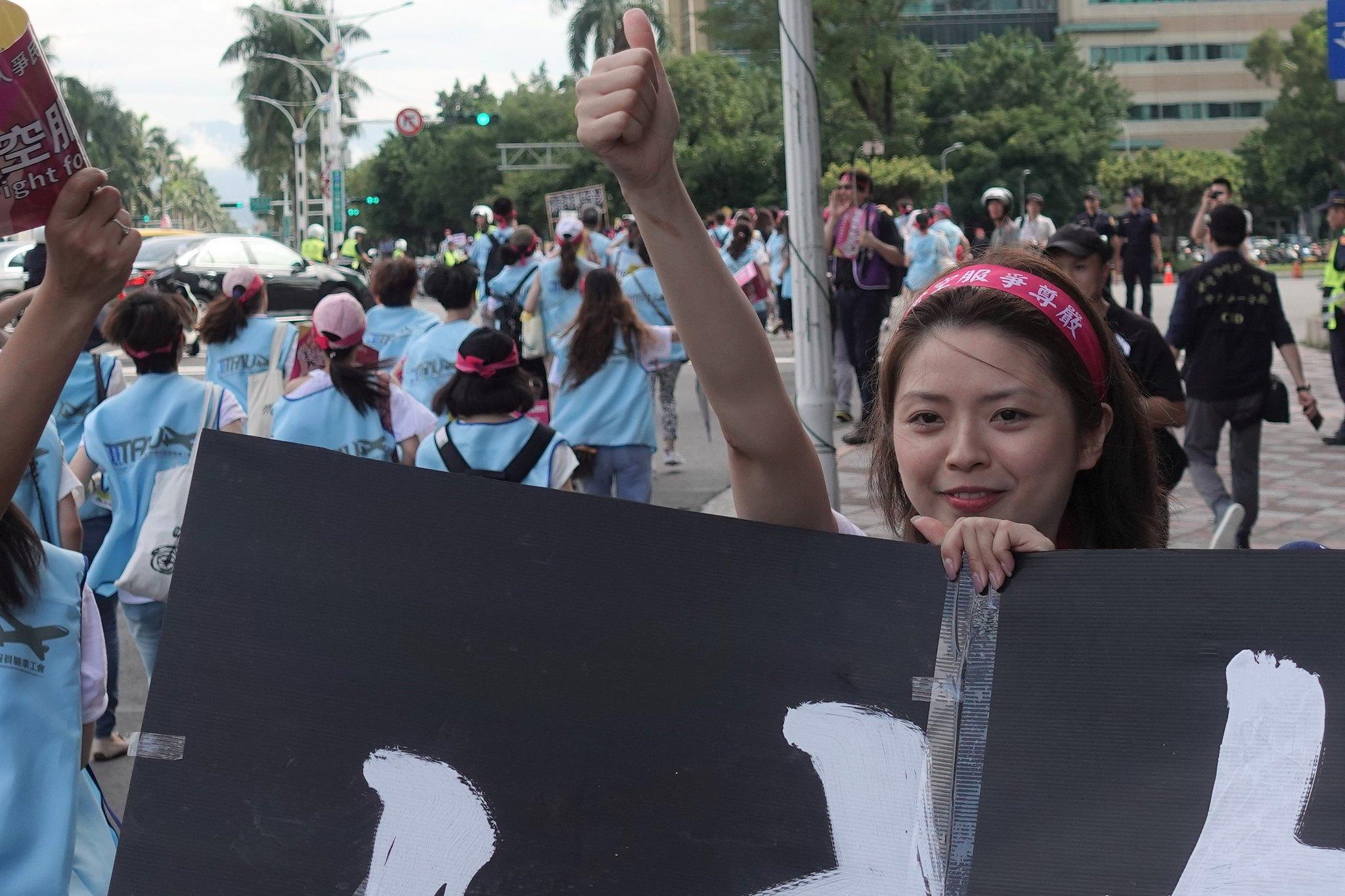 長榮空服員郭芷嫣今日遭長榮開除,圖為今年六月她參加長榮空服員大遊行。(攝影:張智琦)