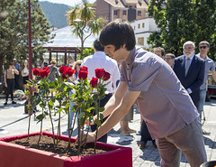 Julen Domínguez, concejal de Elkarrekin Podemos, deposita una flor en recuerdo a las víctimas.