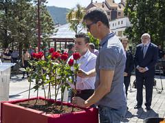 Los concejales Francisco Javier Sánchez (PP) y Paul Yarza (EH Bildu) deposita una flor en recuerdo a las víctimas.
