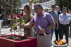 Los concejales/as socialistas Beatriz Gámiz y José Luis Araujo deposita una flor en recuerdo a las víctimas.