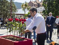 José Manuel López, concejal del PSE-EE/PSOE, deposita una flor en recuerdo a las víctimas.