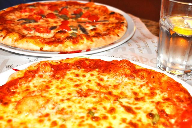 Pizzeria LIDO und bestellen eine Margherita und eine Napoletana