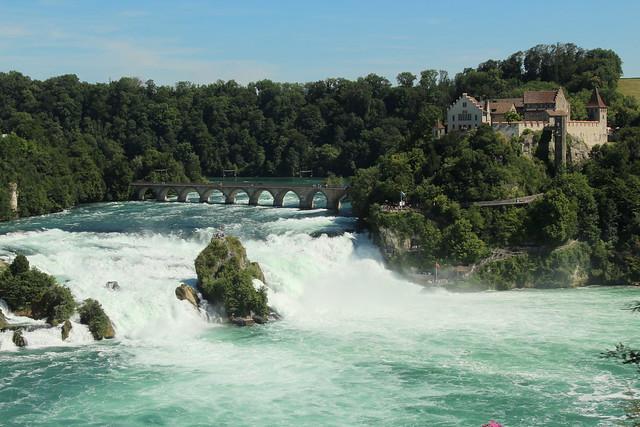 Rheinfall ( Grösster Wasserfall Europas - waterfall Rhyfall Chutes du Rhin Cascate del Reno ) des Rhein ( Hochrhein Fluss river ) bei Neuhausen am Rheinfall im Kanton Schaffhausen und Zürich der Schweiz