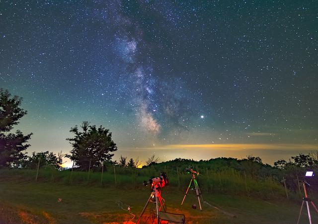 VCSE - A dobronhegyi észlelőéjszakán készült Tejút-felvétel. Előtérben az észlelőrét látszik, háttérben a kb. 30 ezer fényévre lévő Tejút-centrum. - Fotó: Ágoston Zsolt
