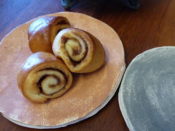 cinnamon rolls et assiettes maison