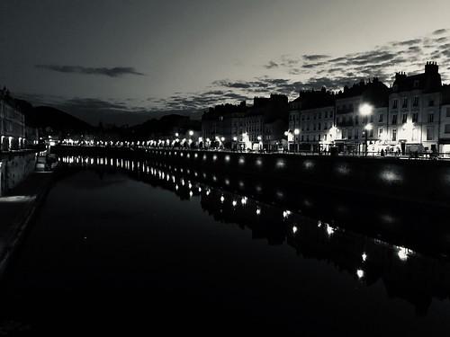 Le Doubs à Besançon de nuit