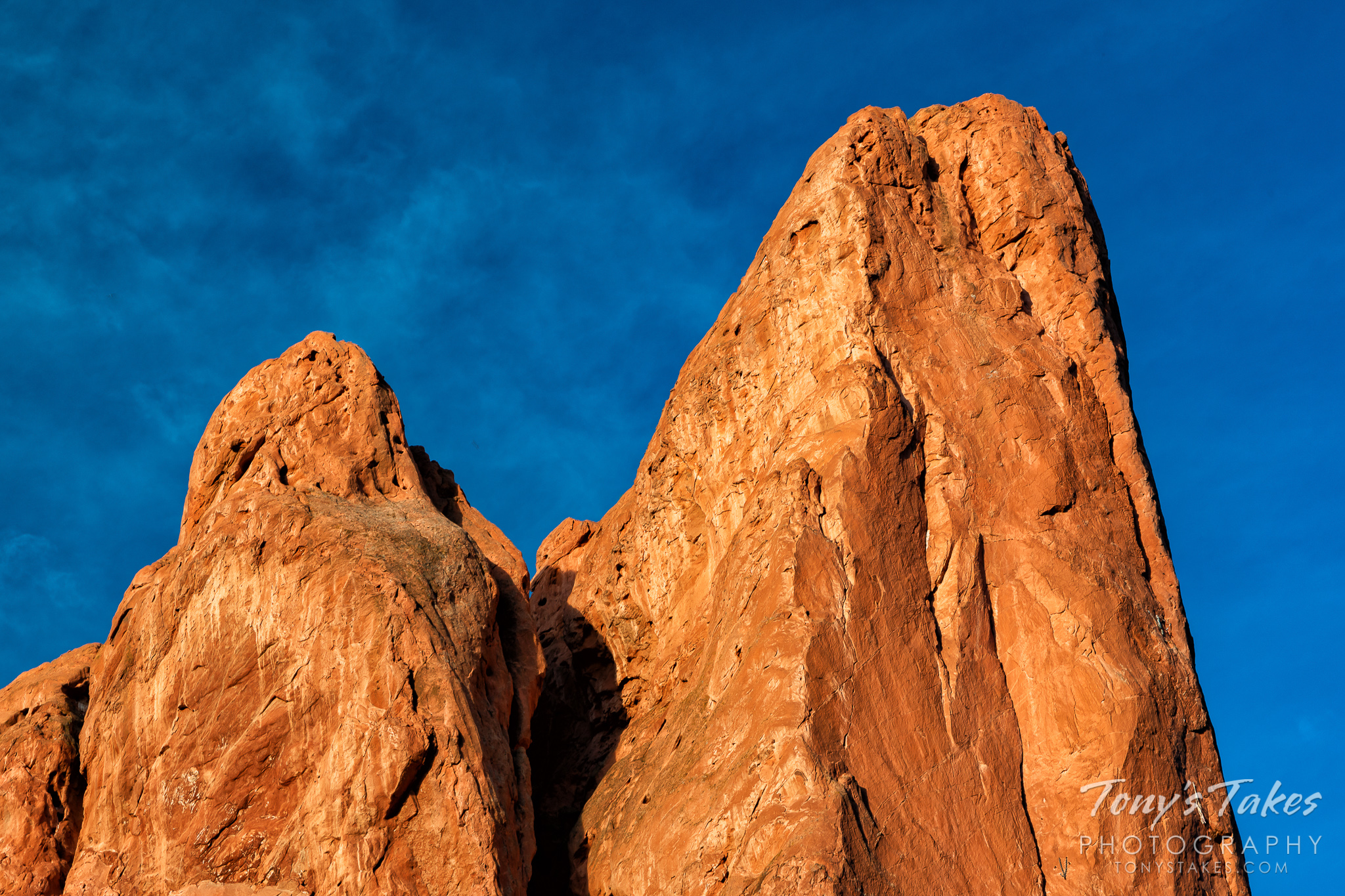 The Tower of Babel in the Garden of the Gods is illuminated by the rising sun. (© Tony's Takes)