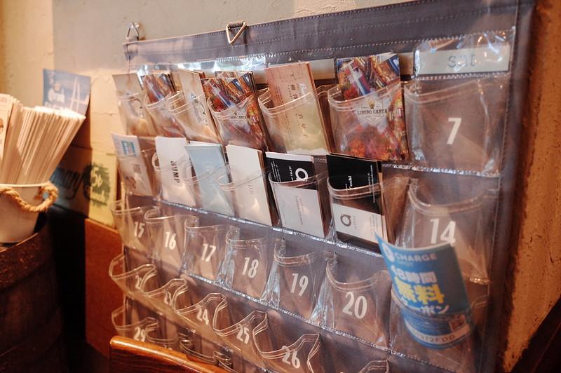 池袋西口CARTA店内カード入れ