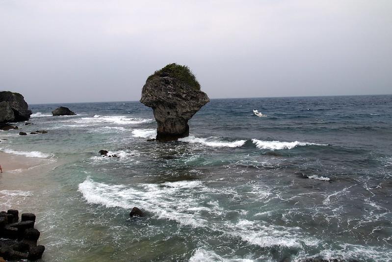 小琉球冬季不受東北季風影響,但潮間帶封閉讓當地民宿生意掉至1成,夏季遊客湧現卻未採總量管制。攝影:李育琴