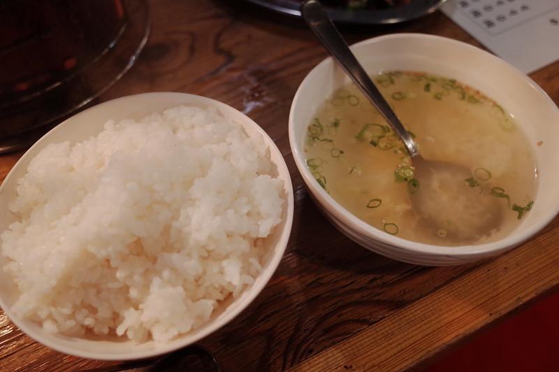 池袋川越街道大阪炭火ホルモン焼きまるかん定食のご飯とスープ