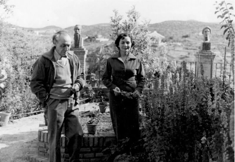 Victorio Macho y su esposa en Roca Tarpeya hacia 1952. Real Fundación de Toledo.