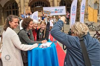 Radentscheid Bielefeld - Erste Unterschrift am 10.07.19 vorm Rathaus Bielefeld