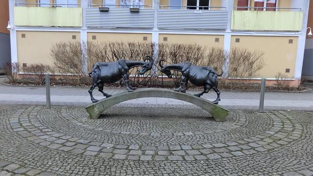 1977 Fürstenwalde/Spree Zwei Ziegen auf der Brücke von Stefan Horota Bronze Frankfurter Straße 4 in 15517