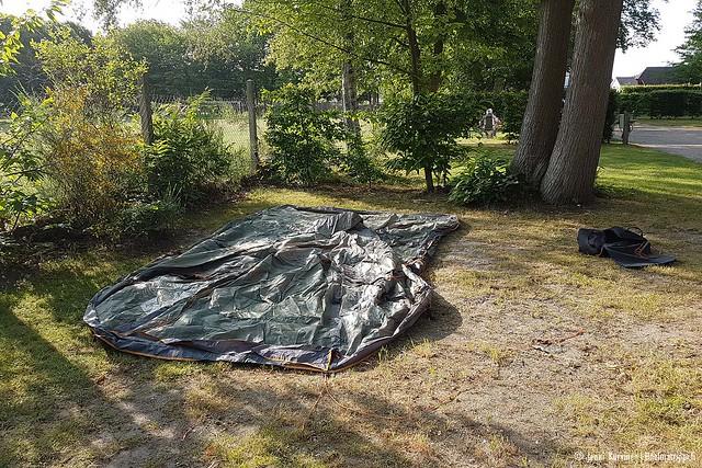 Teltan pystytystä leirintäalueella Jumiègesissä, Ranskassa