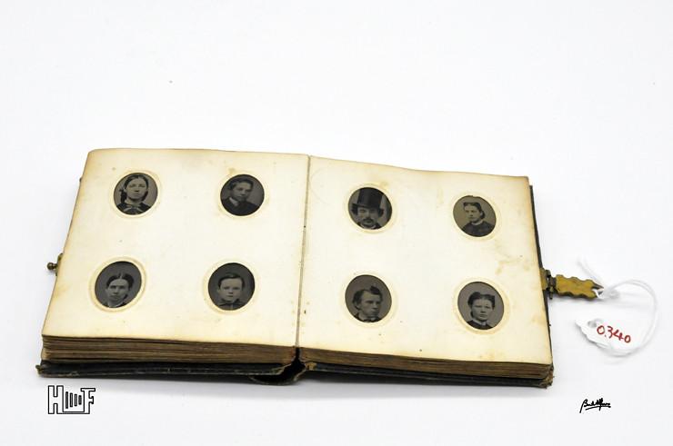 _DSC9072 Mini-album em couro com 92 ferrótipos