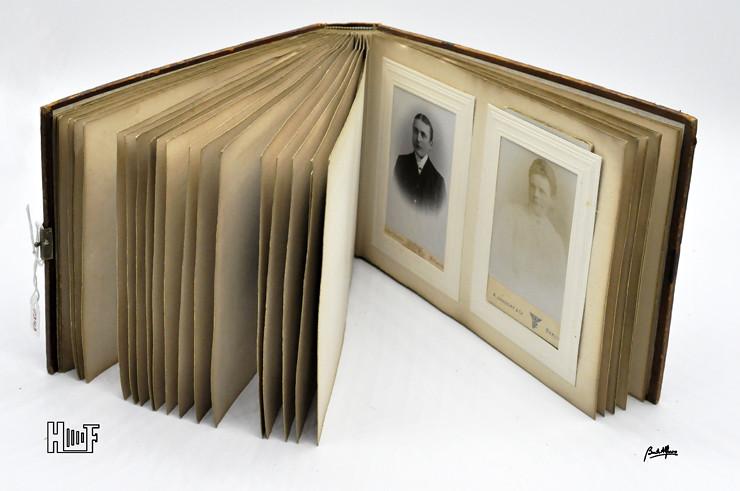 __DSC9097 Álbum em couro com relevos em madeira e 40 CDV's