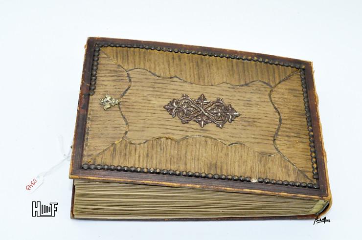 _DSC9090 Album em couro com relevos em madeira e 40 CDV's