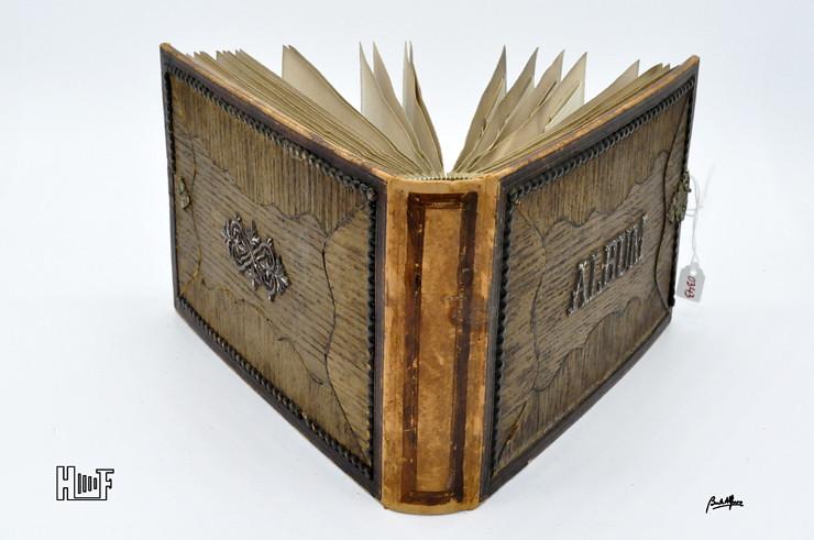 __DSC9098 Album em couro com relevos em madeira e 40 CDV's