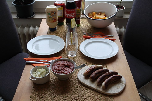 Currywurst und Pommes Schranke (Do it Yourself - Tischbild)