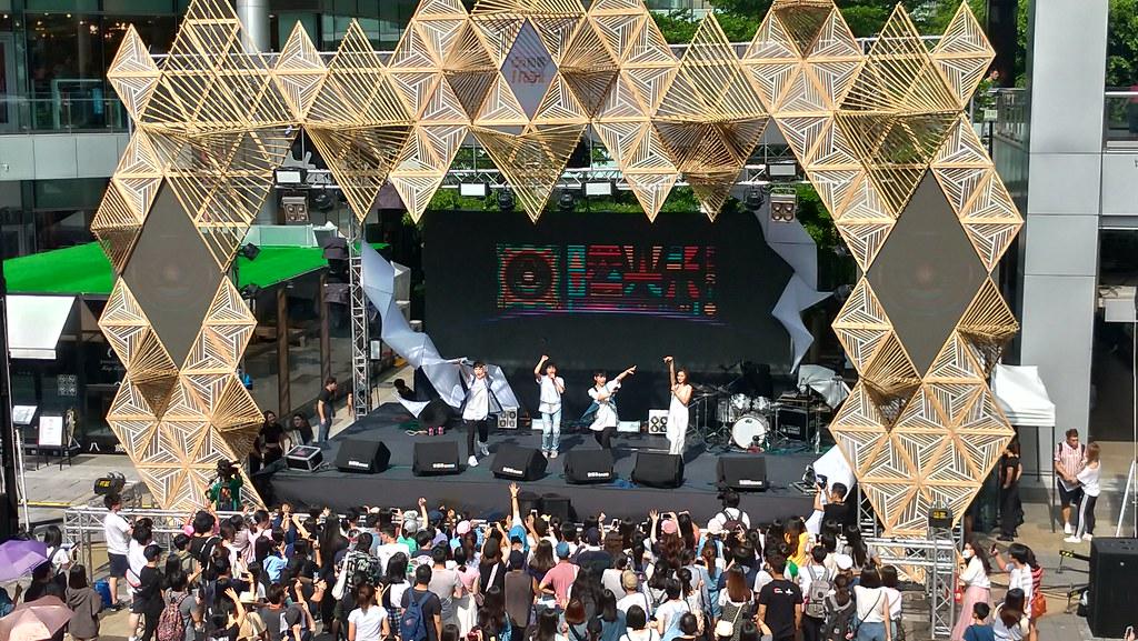 曙光音樂節的舞台以木材、竹片搭建,並重複使用呼應環保自然的永續理念。孫文臨攝