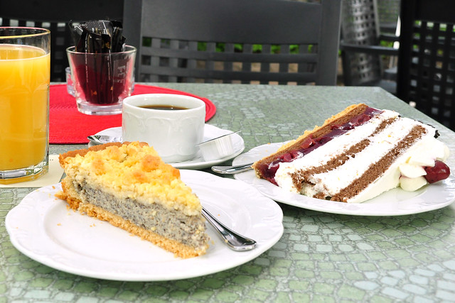 Juli 2019 ... Mohnkuchen und Schwarzwälder Kirschtorte, Kurhaus-Café Bad Wörishofen ... Foto: Brigitte Stolle
