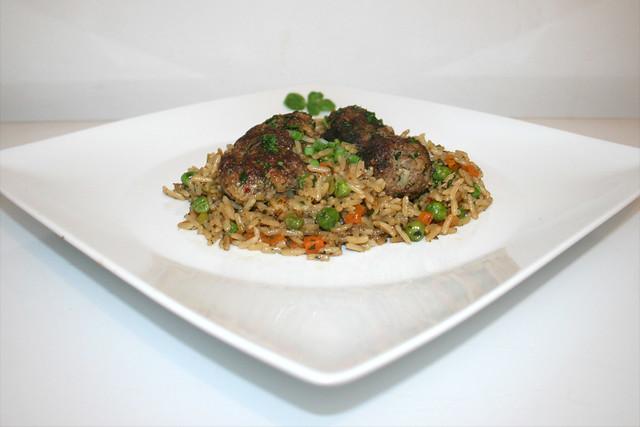 36 - Meatballs with vegetable rice - Side view / Hackbällchen mit Gemüsereis - Seitenansicht