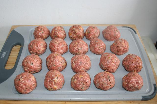 14 - Kugeln aus Hackfleisch formen / Form balls from meat