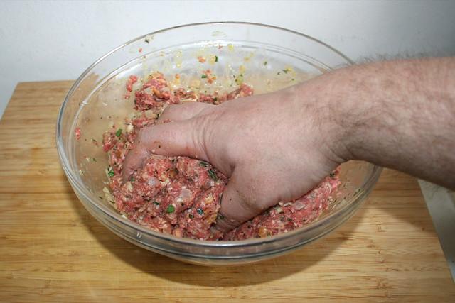 13 - Hackfleisch durchkneten / Knead ground meat