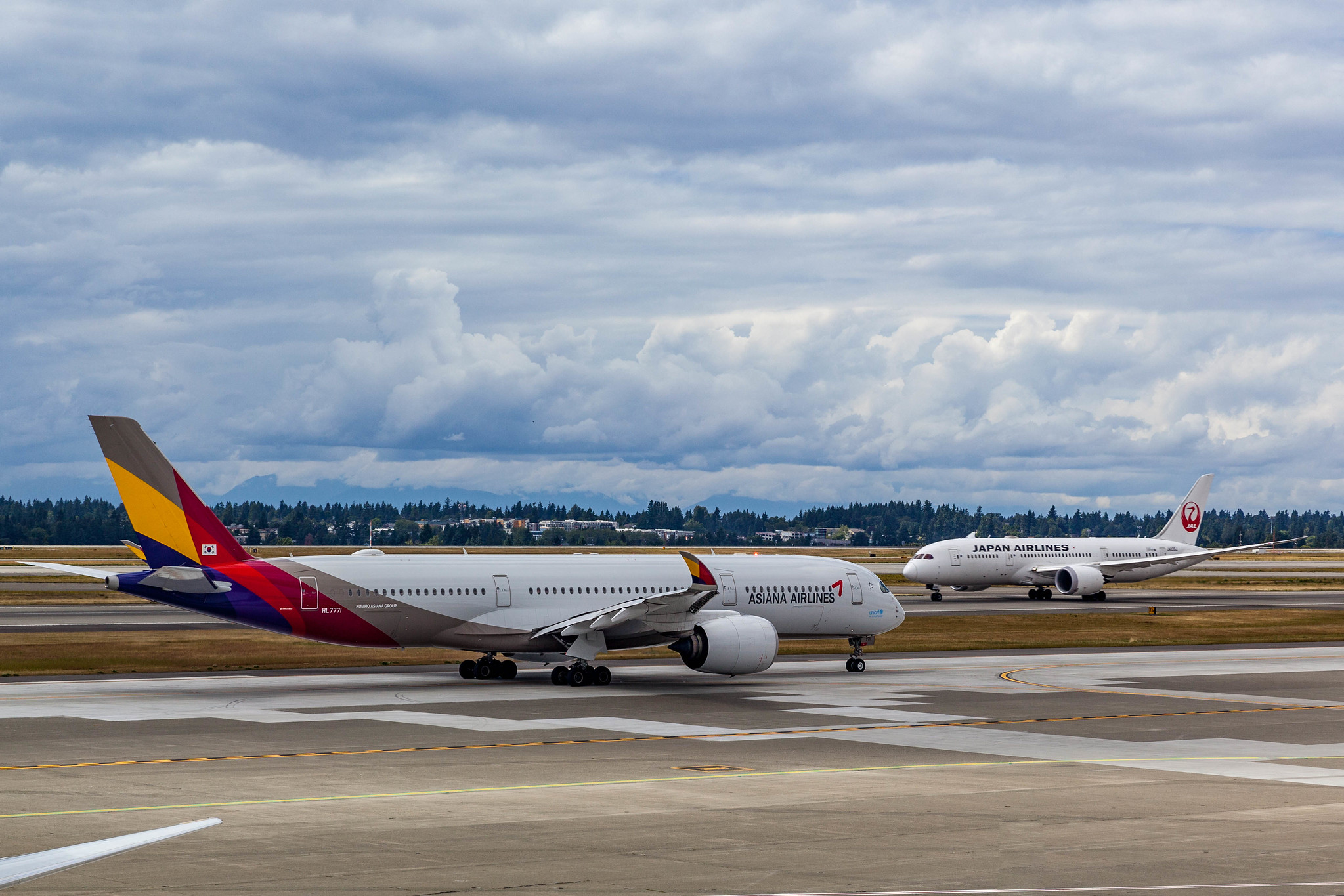Asiana Airlines A350 and Japan Airlines Boeing 787