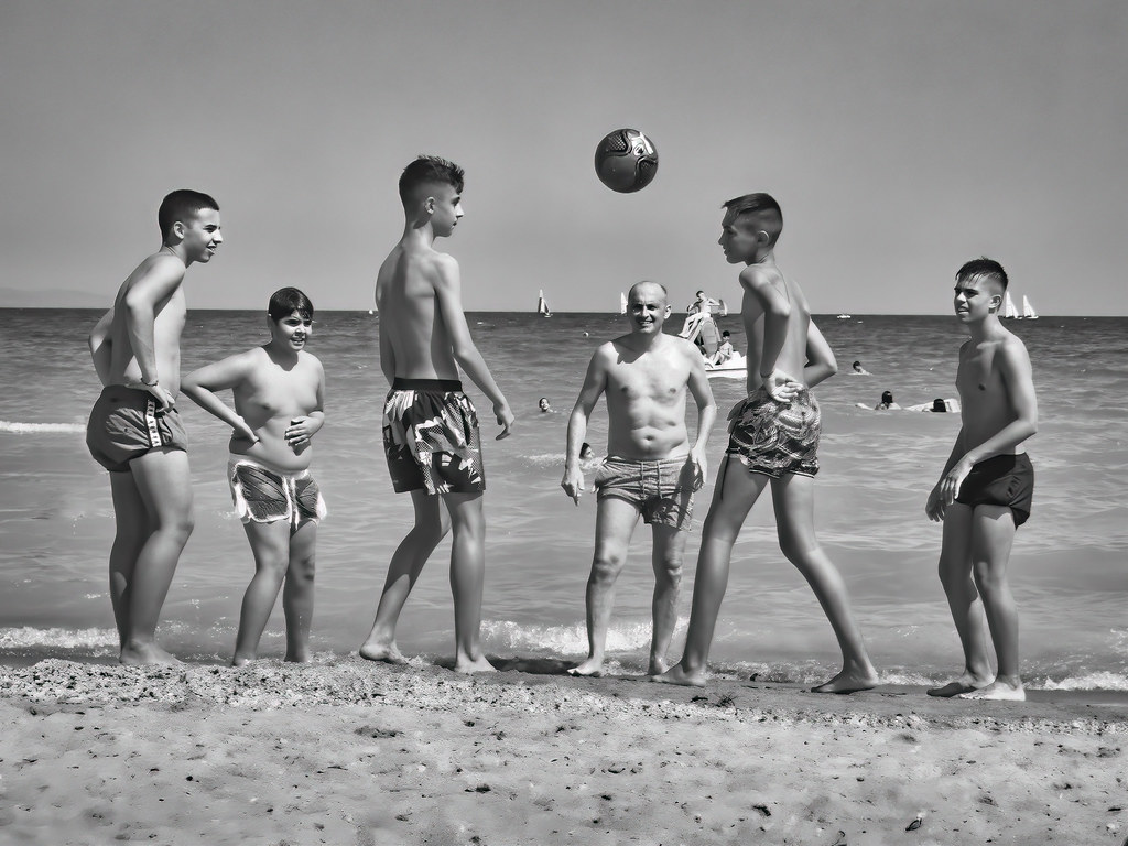 Jeu de ballon sur la plage... 48278707471_a667a05320_b